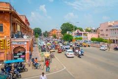 Jaipur Indien - September 20, 2017: Galande av bilar, motorcykeln och folk i gatorna av staden nära av den östliga porten Arkivbilder