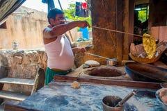 Jaipur, Indien - 20. September 2017: Nicht identifizierter Mann, der in den selbst gemachten kleinen Tortillas der Küche innerhal Stockfoto