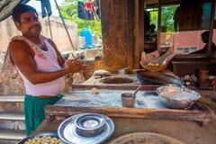 Jaipur, Indien - 20. September 2017: Nicht identifizierter Mann, der in den selbst gemachten kleinen Tortillas der Küche innerhal Stockbild