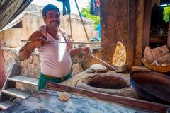 Jaipur, Indien - 20. September 2017: Nicht identifizierter Mann, der in den selbst gemachten kleinen Tortillas der Küche innerhal Stockfotos