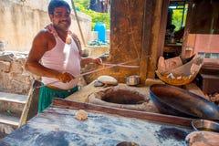 Jaipur, Indien - 20. September 2017: Nicht identifizierter Mann, der in den selbst gemachten kleinen Tortillas der Küche innerhal Stockbilder