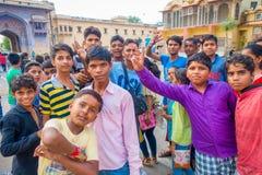 Jaipur Indien - September 20, 2017: Stäng sig upp av barn som spelar i gatan i den Jaipur staden i Indien Royaltyfria Foton
