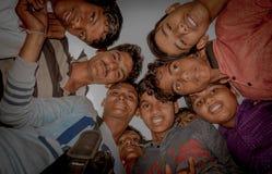 Jaipur Indien - September 20, 2007: Stäng sig upp av barn som spelar i gatan i den Jaipur staden i Indien, nadireffekt Royaltyfri Foto