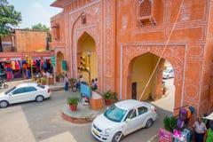 Jaipur Indien - September 20, 2017: Stäng sig upp av bilar, motorcykeln som korsar den östliga porten, den rosa staden, Jaipur i  Arkivbild
