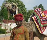 Jaipur - indischer Mann mit Kamel Lizenzfreie Stockbilder