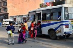 Jaipur, la India - 30 de diciembre de 2014: Gente india que toma un autobús en Jaipur Fotografía de archivo