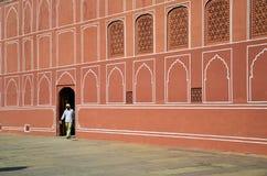Jaipur, la India - 29 de diciembre de 2014: Hombre indio en el palacio de la ciudad en Jaipur, la India Foto de archivo libre de regalías
