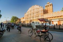 Jaipur, la India - 29 de diciembre de 2014: Hombres indios no identificados delante de Hawa Mahal Fotos de archivo libres de regalías