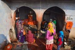 Jaipur, la India - 30 de diciembre de 2014: La gente india desconocida vive en Chand Baori Stepwell, Jaipur Fotos de archivo