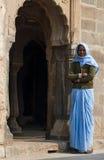 Jaipur, la India - 30 de diciembre de 2014: La gente india desconocida vive en Chand Baori Stepwell, Jaipur Foto de archivo