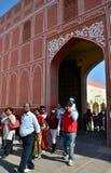 Jaipur, la India - 29 de diciembre de 2014: La gente visita el palacio de la ciudad en Jaipur, la India Imagen de archivo libre de regalías