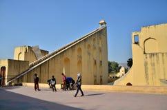 Jaipur, la India - 29 de diciembre de 2014: Observatorio turístico de Jantar Mantar de la visita en Jaipur Foto de archivo