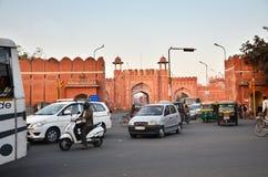 Jaipur, la India - 29 de diciembre de 2014: Puerta de Sanganeri de la visita de la gente de Jaipur Foto de archivo libre de regalías