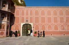 Jaipur, la India - 29 de diciembre de 2014: Soldado indio en el palacio de la ciudad en Jaipur Foto de archivo libre de regalías
