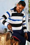 Jaipur, la India - 30 de diciembre de 2014: Té de colada de la leche del hombre indio en la cerámica de la terracota Imagen de archivo