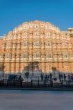 Jaipur, la India - 29 de diciembre de 2014: Visita no identificada Hawa Mahal (palacio de los turistas de vientos) Imagen de archivo libre de regalías
