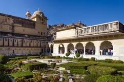 Jaipur, la India - 29 de diciembre de 2014: Visita turística Sukh Niwas el tercer patio en Amber Fort Imagen de archivo libre de regalías