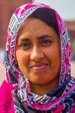 Jaipur, la India - 19 de septiembre de 2017: Retrato de una mujer india no identificada con un hiyab colorido, en las calles de Foto de archivo