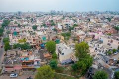 Jaipur, la India - 20 de septiembre de 2017: Vista aérea hermosa de los tejados viejos de los edificios en la ciudad en Rajasthán foto de archivo