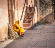 JAIPUR RAJASTAN, INDIEN - Januari, 27: Lokalvårdkvinna i bärnsten F arkivbild