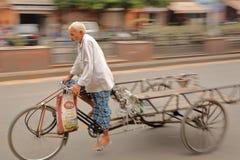 JAIPUR, RAJASTHAN, ΙΝΔΙΑ - 6 ΔΕΚΕΜΒΡΊΟΥ 2017: Ένα ινδικό άτομο σε μια δίτροχο χειράμαξα κύκλων στοκ εικόνες