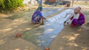 JAIPUR, Rajasthan, India †'DEC, 2016: Tekstylny barwiarstwo z natu Zdjęcie Royalty Free