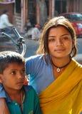 Jaipur, Rajasthan, India - Circa Oktober 2010 - Portret van een niet geïdentificeerd Indisch meisje en haar broer in Jaipur, Indi Stock Foto's