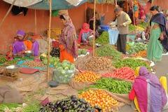 JAIPUR, RAJASTHAN INDIA, GRUDZIEŃ, - 06, 2017: Kolorowy warzywo rynek blisko miasto pałac Zdjęcie Stock