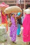 JAIPUR, RAJASTHAN INDIA, GRUDZIEŃ, - 06, 2017: Kolorowy warzywo rynek blisko miasto pałac z kobietami niesie ładunek na ich h Fotografia Stock
