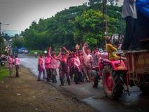 Jaipur, Rajasthan India, 24 Września 2007 młodzi człowiecy grupa, Indiańscy Hinduscy bachanci zakrywający w czerwień proszku, tan obrazy royalty free