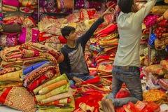 JAIPUR Rajasthan, Indien —DEC, 2016: Sari Shop Indier Tradit arkivbilder