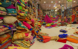 JAIPUR Rajasthan, Indien —DEC, 2016: Sari Shop Indier Tradit royaltyfria bilder