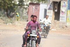 Jaipur, Rajasthan/Indien March-20-2019 holi feiernde und zurückkommende Leute stockfotos