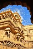Jaisalmer通过一个拱廊被观看的堡垒宫殿建筑细节在Jaisalmer,拉贾斯坦,印度 免版税库存照片