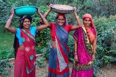 JAISALMER,印度-大约2017年11月:传统衣物的三名未认出的印地安妇女 免版税库存图片