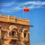 Jaisalmer, Раджастхан, Индия Флаг Jaisalmer над королевским дворцом Стоковая Фотография