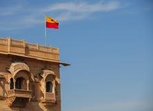 Jaisalmer, Раджастхан, Индия Флаг Jaisalmer над королевским дворцом Стоковая Фотография RF