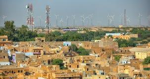 Jaisalmer Indien Gator med celltorn och vindkraftsläkten Arkivfoton