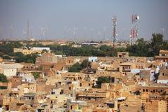 Jaisalmer Indien Gator med celltorn och vindkraftsläkten Arkivbilder