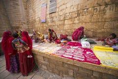 Jaisalmer Indien-November 26, 2015: Oidentifierad gatuförsäljarese Arkivfoto