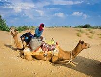 JAISALMER INDIEN - SEPTEMBER 23: Cameleer lastar av hans kamel under ett r Fotografering för Bildbyråer
