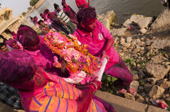 JAISALMER, INDIEN - 8. September: Eifrige Anhänger, welche die Statue von Lord Ganesha während Festivals Ganesha Chaturthi caryin Lizenzfreies Stockbild
