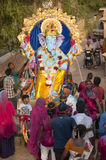 JAISALMER, INDIEN - 8. September: Eifrige Anhänger, welche die Statue von Lord Ganesha während Festivals Ganesha Chaturthi caryin Lizenzfreie Stockbilder