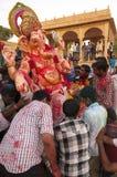 JAISALMER, INDIEN - 8. September: Eifrige Anhänger, welche die Statue von Lord Ganesha während Festivals Ganesha Chaturthi caryin Lizenzfreie Stockfotografie