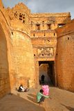 JAISALMER, RAGIASTAN, INDIA - 21 DICEMBRE 2017: Il portone Suraj Pol dell'entrata alla fortificazione di Jaisalmer con un musicis fotografia stock libera da diritti