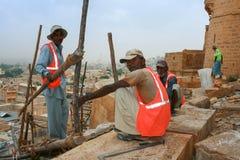 16.10.2012 - Jaisalmer. Rajasthán, la India. Los constructores que trabajan en la construcción del fuerte. Imagen de archivo libre de regalías
