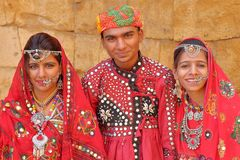 JAISALMER, RAJASTHAN INDIA, GRUDZIEŃ, - 21, 2017: Portret młody człowiek i dwa młodej kobiety ubierał tradycjonalnie z kolorowym  Obraz Royalty Free