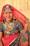 JAISALMER, RAJASTHAN INDIA, GRUDZIEŃ, - 21, 2017: Portret piękna kobieta z jasnymi oczami i ubierająca z tradycyjnym colorf Obraz Royalty Free