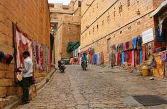 16.10.2012 - Jaisalmer. Rajasthan. India. Het winkelen straat in het fort van Jaisalmer. Stock Fotografie