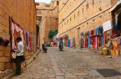 16.10.2012 - Jaisalmer. Rajasthan. Indien. Shoppinggata i fortet av Jaisalmer. Arkivbild
